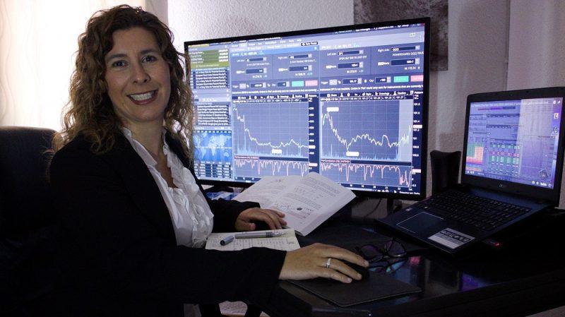 Isabel Nogales en su trading desk